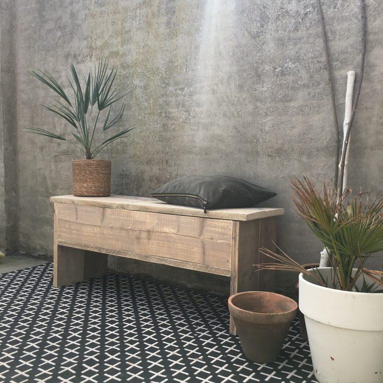 Mooie opbergbankje in tuin