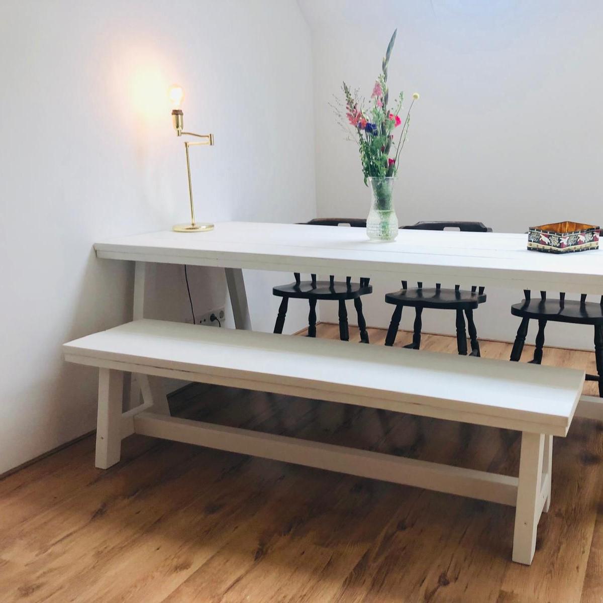 Houten Bank Voor Aan Eettafel.Witte Eettafel Van Steigerhout Krijtverf Houten Tafel Wit
