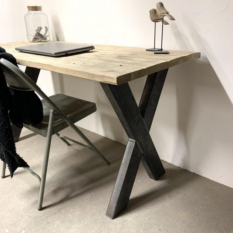 houten bureau met stalen poten